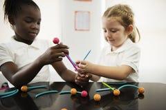 Étudiants divers de jardin d'enfants tenant apprendre des structures de t photo stock