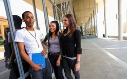 Étudiants divers sur le campus d'université Photographie stock
