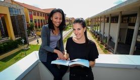 Étudiants divers sur le campus d'université Image libre de droits