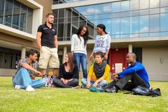 Étudiants divers sur le campus d'université Photos libres de droits