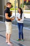Étudiants divers sur le campus d'université Image stock