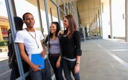 Étudiants divers sur le campus d'université Photo libre de droits