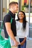 Étudiants divers sur le campus d'université Images libres de droits
