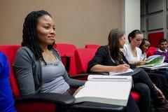 Étudiants divers sur le campus d'université Photos stock