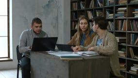 Étudiants divers travaillant avec les dispositifs numériques banque de vidéos