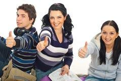 Étudiants donnant des pouces Image stock