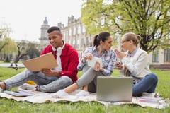 Étudiants en échange causant les uns avec les autres passant le temps gratuit ensemble images libres de droits