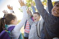 Étudiants en dehors de l'école se tenant ensemble Images libres de droits