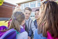Étudiants en dehors de l'école se tenant ensemble Photos libres de droits