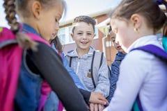 Étudiants en dehors de l'école se tenant ensemble Image stock