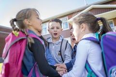 Étudiants en dehors de l'école se tenant ensemble Photographie stock