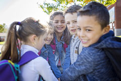 Étudiants en dehors de l'école se tenant ensemble Photo stock