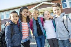 Étudiants en dehors de l'école se tenant ensemble Image libre de droits