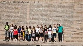 Étudiants en inscription romaine avant, Rome Photo libre de droits