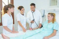 Étudiants en médecine autour de lit d'hôpital patient du ` s images libres de droits