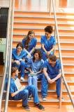 Étudiants en médecine causant sur les étapes Image libre de droits