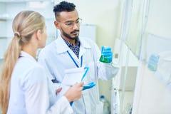 Étudiants en médecine dans le laboratoire Image stock