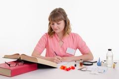Étudiants en médecine dans le livre de lecture de classe Images stock
