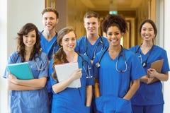Étudiants en médecine souriant à l'appareil-photo images libres de droits