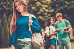 Étudiants en parc de ville Images libres de droits