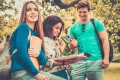 Étudiants en parc de ville Images stock