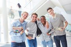 Étudiants en tant qu'équipe interraciale Image libre de droits