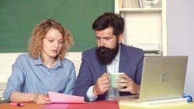 Étudiants et concept d'éducation de soutien scolaire ?tudiant dans l'universit? Couples drôles d'étudiants étudiant à l'universit banque de vidéos