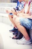 Étudiants et leurs smartphones Photographie stock
