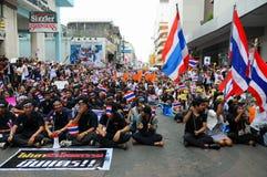 Étudiants et marche de citoyens. Été en désaccord avec la législation Thaïlande de l'amnistie du gouvernement Images libres de droits