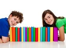 Étudiants et pile des livres Photo stock