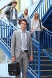 Étudiants et professeur sur des escaliers Photos stock