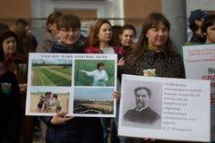 Étudiants et professeurs avec des slogans à la défense de l'académie de Timiryazev Image libre de droits