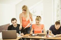 Étudiants et tuteur de professeur dans la salle de classe Photographie stock