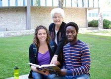 Étudiants et tuteur passant en revue la leçon Photo libre de droits