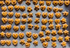 Étudiants faisant des biscuits de Singapour à partir de la pâte à l'école Image libre de droits