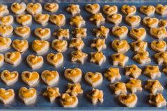 Étudiants faisant des biscuits de Singapour à partir de la pâte à l'école Photo stock