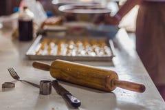 Étudiants faisant des biscuits de Singapour à partir de la pâte à l'école Photos libres de droits