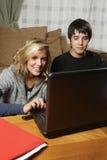 Étudiants faisant le travail à la maison Image libre de droits