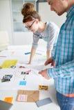 Étudiants faisant un brainstorm images stock