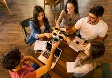 Étudiants faisant un pain grillé photo libre de droits