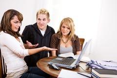 Étudiants : Fille contrariée au-dessus de voir quelque chose sur l'ordinateur portable Photos libres de droits