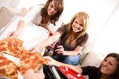 Étudiants : Fille heureuse de saisir la tranche de pizza Photos libres de droits
