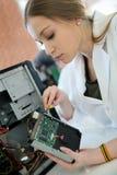 Étudiants fixant l'unité de disque dur pendant la classe de technologie Photos libres de droits