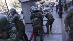 Étudiants frappants de la police anti-émeute