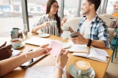 Étudiants gais se reposant pendant la pause-café au café Images stock