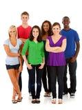 Étudiants : Groupe d'ados se tenant dans le groupe photos stock