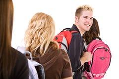 Étudiants : Groupe d'amis avec des livres et des sacs à dos Images stock