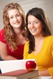 Étudiants heureux avec l'ordinateur portatif Image libre de droits