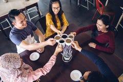 Étudiants heureux ayant une tasse de café images libres de droits