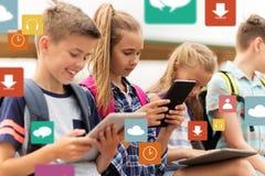 Étudiants heureux d'école primaire avec le PC de comprimé Images libres de droits
